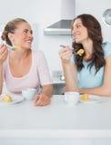 Connaissant des femmes mangeant le gâteau et ayant le café ensemble Photo libre de droits