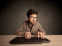 Connaisseur d'ordinateur dactylographiant sur le clavier Photos libres de droits