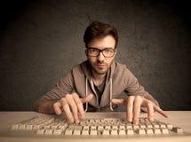 Connaisseur d'ordinateur dactylographiant sur le clavier Photographie stock libre de droits