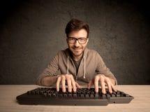 Connaisseur d'ordinateur dactylographiant sur le clavier Images libres de droits