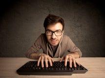 Connaisseur d'ordinateur dactylographiant sur le clavier Photos stock