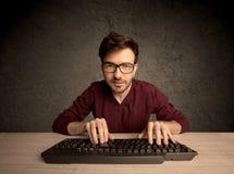 Connaisseur d'ordinateur dactylographiant sur le clavier Photo stock