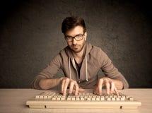 Connaisseur d'ordinateur dactylographiant sur le clavier Image stock