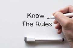 Connaissez les règles écrites sur le tableau blanc Image stock