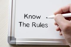Connaissez les règles écrites sur le tableau blanc Photos libres de droits