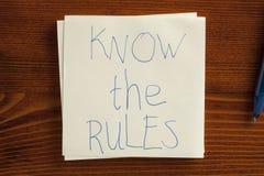 Connaissez les règles écrites sur une note Photographie stock libre de droits