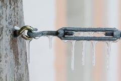 Connecteur congelé en métal avec des glaçons Saison d'hiver et fond de temps froid profondeur de macro foyer mou de vue de Photo stock