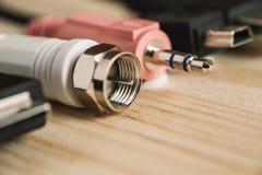 Connecteurs de différents dispositifs numériques sur la table en bois Photo stock