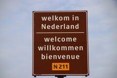 Connectez-vous la frontière dans 4 langues pour accueillir des voyageurs aux Pays-Bas au ferry du fourgon Hollande de Hoek image stock