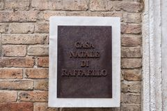 Connectez-vous le lieu de naissance de Raffaello Sanzio La traduction de l'écriture est images stock