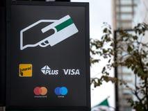 Connectez-vous une atmosphère avec les logos indiquant le crédit et les cartes de salaire de débit admises, celle incluent le vis photographie stock