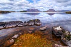 connemara被反射的湖山 图库摄影