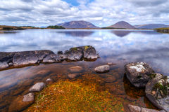 Connemara Berge reflektiert im See Stockfotografie