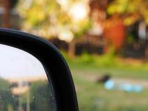 Conner van vuile zijspiegel len van auto op slechte verkeersweg Royalty-vrije Stock Foto