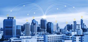 Connessione di rete in città, concetto di commercio elettronico Fotografie Stock