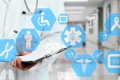 Connessione di rete medica sul touch screen e sul Docto virtuali immagini stock libere da diritti