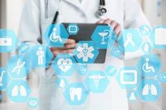Connessione di rete medica sul touch screen e sul Docto virtuali immagine stock