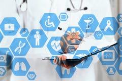 Connessione di rete medica sul touch screen e sul medico virtuali con lo stetoscopio nel fondo dell'ospedale fotografia stock libera da diritti