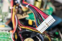 Connettore con i cavi elettrici per il mainboard del computer fotografia stock libera da diritti