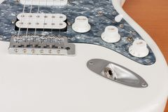 Connettore di uscita alto vicino sulla chitarra elettrica bianca, tiro dello studio fotografie stock libere da diritti