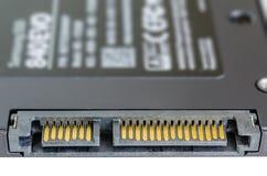 Connettore semi conduttore dello SSD SATA dell'azionamento su bianco Fotografie Stock