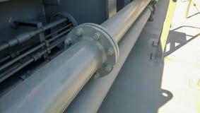 Connexion à flasque sur un tuyau gris Tuyaux sur la plate-forme du bateau Images libres de droits