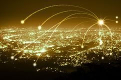 Connexion abstraite de ligne numérique de données sur le fond de ville de nuit, image libre de droits
