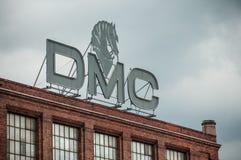 Connexion de DMC le toit sur la vieille usine avec la façade de mur de briques Images libres de droits