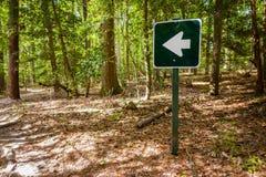 Connexion de flèche une forêt Image libre de droits