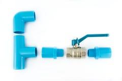 Connexion de pipe bleue de PVC avec la soupape Images stock