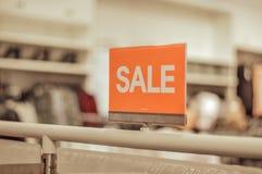 Connexion de vente un magasin d'habillement images stock