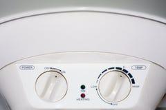 Connexion du chauffe-eau à la maison Chauffage individuel Offre individuelle d'eau chaude Connexions électriques domestiques de t photographie stock libre de droits