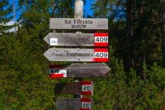 Connexion en bois de direction les dolomites, Italie Photographie stock libre de droits