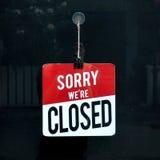 Connexion fermé une fenêtre de boutique désolée nous sommes fermés Photographie stock libre de droits