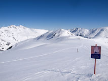 Connexion les alpes qui indique le danger des avalanches photo stock