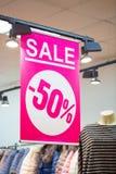 Connexion un magasin d'habillement avec la VENTE 50 d'inscription de remise Images stock
