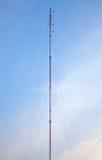 Connexions d'antenne par radio sur le ciel bleu avec des nuages Image stock