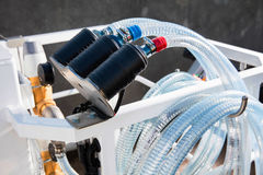 Connexions de tuyau aux pompes Images stock
