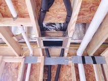 Connexions de tuyauterie dans un plafond Image stock