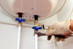Connexions domestiques de tuyauterie Connexion du chauffe-eau à la maison Chaudière électrique de réparation de chauffe-eau Photographie stock libre de droits