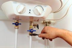 Connexions domestiques de tuyauterie Connexion du chauffe-eau à la maison Chaudière électrique de réparation de chauffe-eau image libre de droits