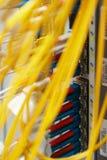 Connexions fibreoptiques d'armoire photographie stock