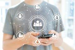 Connexions sociales avec l'homme à l'aide d'un smartphone Photos libres de droits