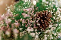 Cono adornado con las flores y la hierba verde Foto de archivo