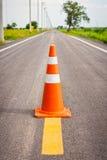 Cono anaranjado del tráfico en el centro de la carretera nacional Fotografía de archivo