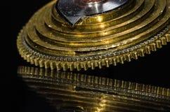 Cono d'annata del Fusee dell'orologio da tasca che riposa su una superficie nera Fotografia Stock Libera da Diritti