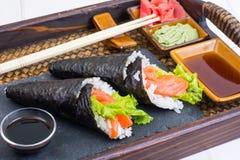 Cono de color salmón del sushi del temaki en la bandeja Imagen de archivo