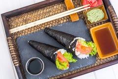 Cono de color salmón del sushi del temaki en la bandeja Fotografía de archivo libre de regalías