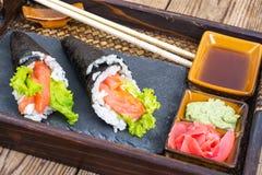 Cono de color salmón del sushi del temaki en la bandeja Fotos de archivo