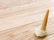 Cono de helado caído en el suelo Imágenes de archivo libres de regalías